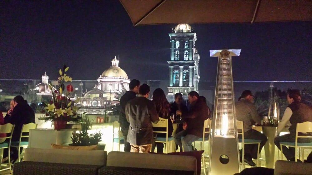 personas platicando en la terraza del hotel Puebla de Antaño