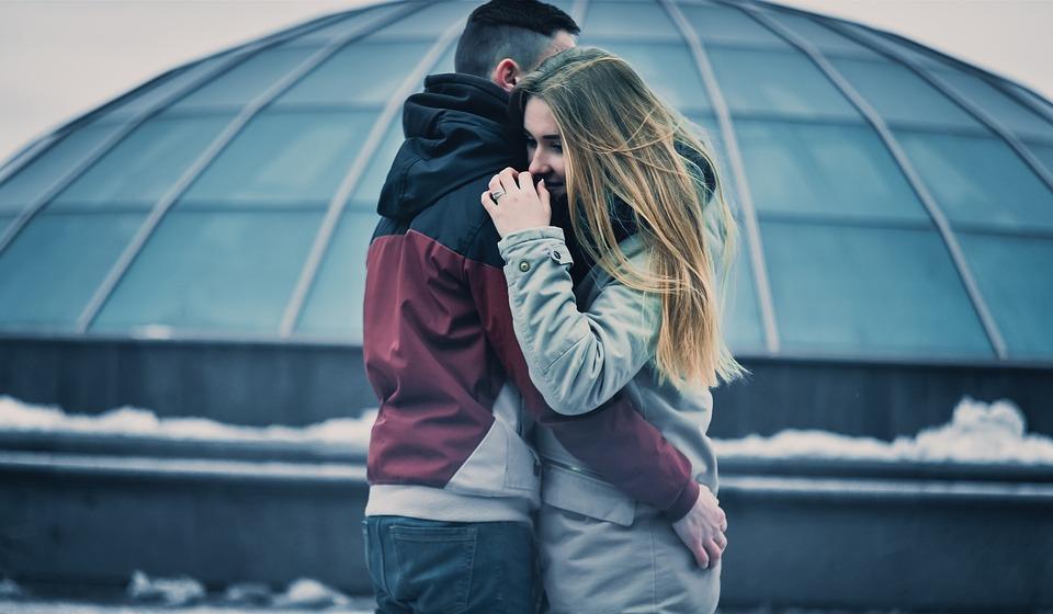 Enamorarse tiene beneficios para la salud, afirma especialista