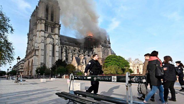 Bomberos aseguran que catedral de Notre Dame está a salvo.