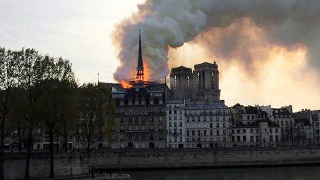 Incendio consume poco a poco la catedral de Notre Dame.