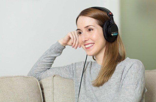 5 podcast en Spotify para alegrar tu día en casa