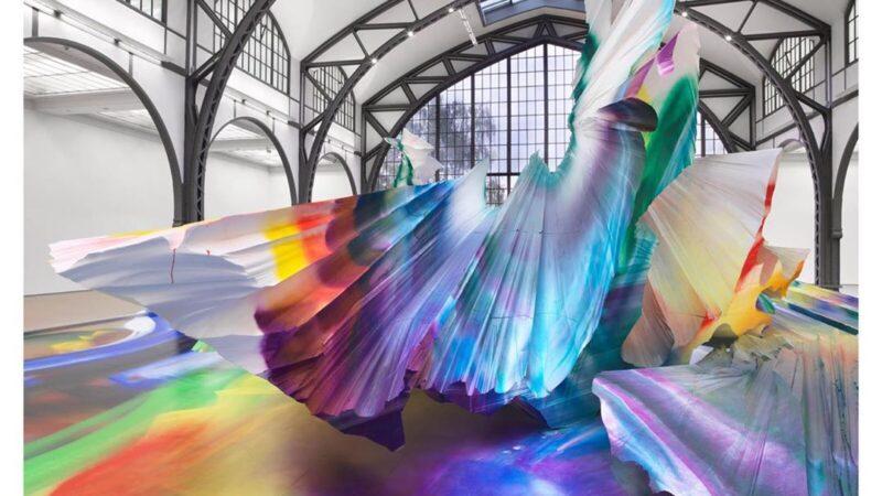 Katharina Grosse sumerge el antiguo edificio ferroviario en una pintura caleidoscópica explosiva