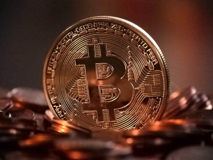 Bitcoin prolonga fuerte alza de 2020 y toca récord de 28,600 dólares.