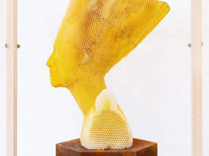 Tomáš Libertíny esculpe la versión en cera de abejas del busto de nefertiti junto con 60.000 abejas.