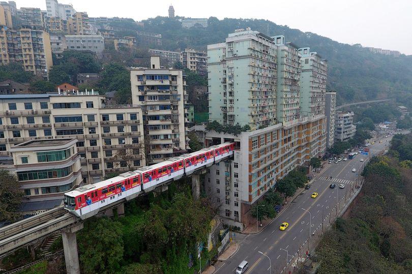 """""""Chongqing Monorail"""": El tren que atraviesa un edificio de 19 pisos."""