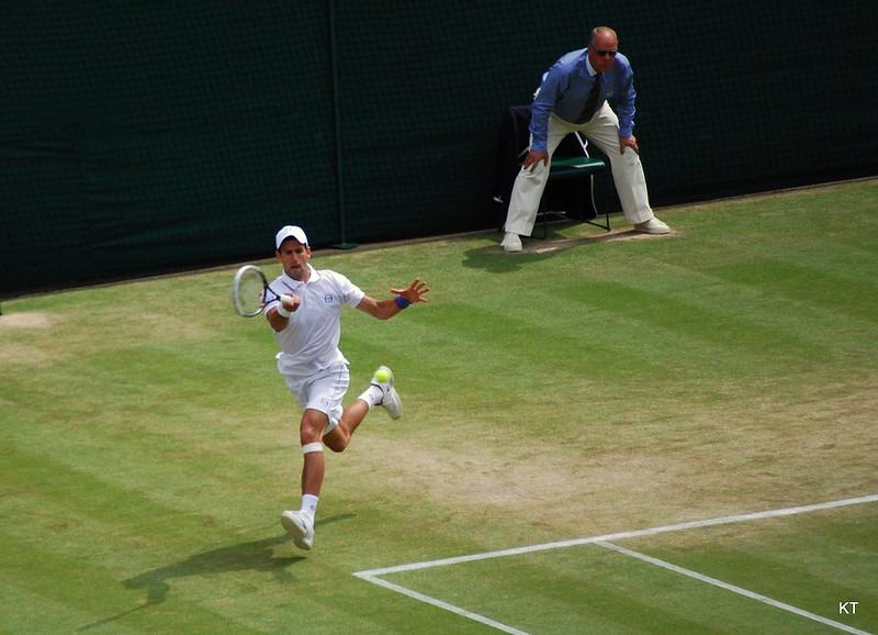 Djokovic clasifica a su décima semifinal en Wimbledon, Federer eliminado.