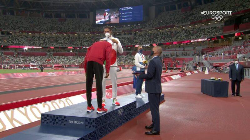 Atletas deciden compartir medalla de oro en el salto de altura de los Juegos Olímpicos de Tokio 2020.